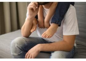 特写父亲将儿子扛在肩上_7553249