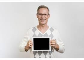 男子手持平板电脑的正视图_6644592