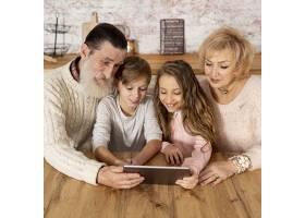 祖父母和他们的孙子孙女在一起_6748782