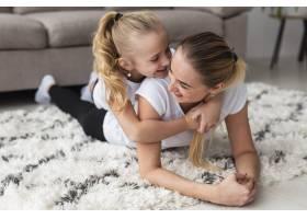 母亲在家中与女儿合影_7435958
