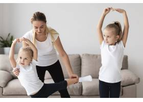 母亲在家帮女儿练习瑜伽的前景_7435926