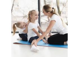 母亲在家帮女儿练瑜伽侧观_7435936