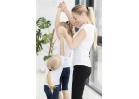 母亲在家帮女儿锻炼身体_7435758