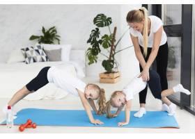 母亲在家帮女儿锻炼身体_7435875