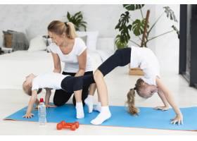 母亲在家帮女儿锻炼身体_7435885