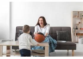 母亲在家里带着孩子玩耍_7089379