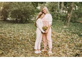 母亲带着女儿在夏季公园摆姿势_7377125
