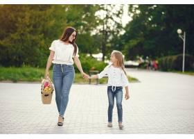 母亲带着女儿在夏季公园玩耍_7169966