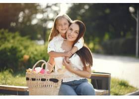 母亲带着女儿在夏季公园玩耍_7169984