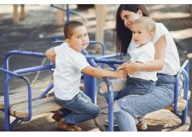 母亲带着年幼的孩子在操场上_7120783