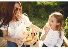 母亲带着女儿在夏季公园玩耍_7169994