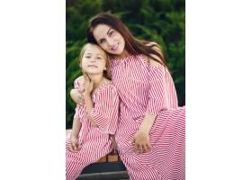 母亲带着女儿在夏季公园玩耍_7169999