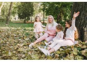 母亲带着女儿在夏季公园玩耍_7377101