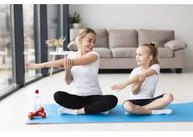 母亲带着女儿在家锻炼的前景_7435890
