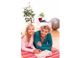 母女俩一起读书_7124430
