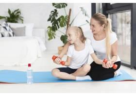 母女俩在家中举重锻炼的前景_7435900