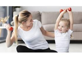 母女俩在家中举重锻炼的前景_7435935