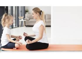 母女俩在家中做瑜伽的侧观有文案空间_7435927