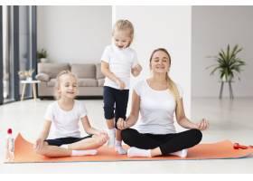 母女俩在家中练习瑜伽的前景_7435950