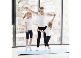 母女俩在家中锻炼的前景_7435861