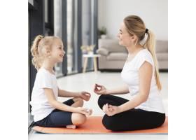 母女俩在家做瑜伽姿势侧观_7435918
