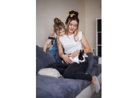 母女抚摸可爱的兔子_7146702