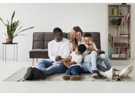 幸福的多元文化家庭在一起玩得开心_7119886