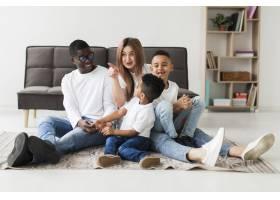 幸福的多元文化家庭在一起玩得开心_7119893