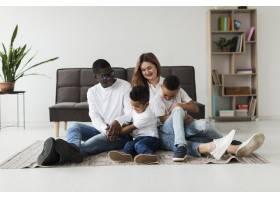 幸福的多元文化家庭在家中一起玩耍_7119907