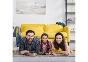 幸福的家庭与不整洁的房子的组合_7069571