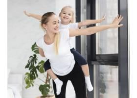 幸福的母女在家中锻炼的前景_7435912
