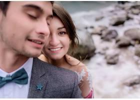 微笑的高加索夫妇的肖像深色头发的男孩和_7497162