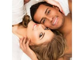 床上的一对可爱的情侣_6479854
