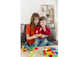 微笑的母亲带着她的儿子玩耍_6881412