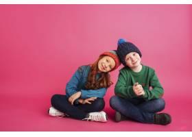 快乐的女孩和她的哥哥坐在地板上对着镜头微_6516075