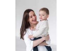 快乐的母亲抱着孩子_7089459
