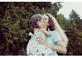 快乐的母女俩一起在户外欢笑_6527163