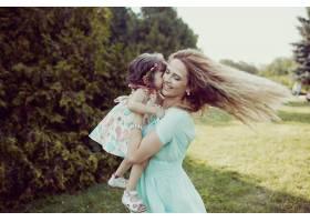 快乐的母女俩一起在户外欢笑_6527164