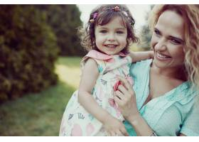 快乐的母女俩一起在户外欢笑_6527165