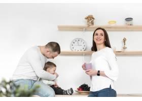 快乐的父母带着孩子在厨房里_7089334