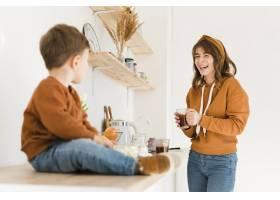 妈妈和儿子在厨房里享受在一起的时光_6881485