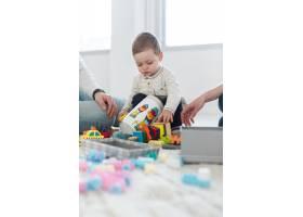 婴儿在家中与父母玩耍的角度低_7089428