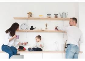 带着孩子在厨房的父母侧视_7089331