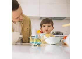 厨房里可爱的小孩子和他的爸爸_7500407