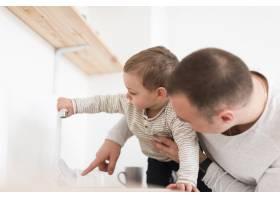 厨房里父亲和孩子的侧视_7089341