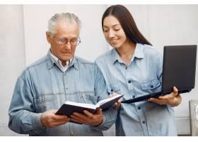 一位教祖父如何使用笔记本电脑的妇女_7121609