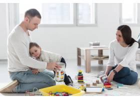 一家人在家中一起玩耍_7089441