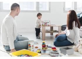 一家人在家里一起玩耍_7089431