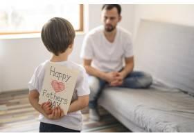 可爱的孩子给他的父亲带来了惊喜_7553275