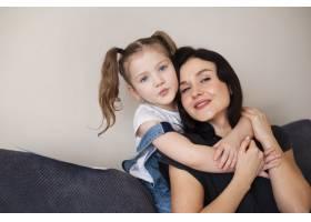 可爱的小女孩与母亲合影_7146653